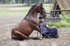 车手和马休息的togheter 库存图片