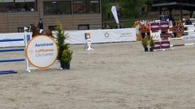 车手和马在跳跃在骑马事件的展示 影视素材