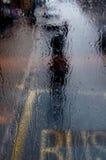 车手在雨中 库存照片