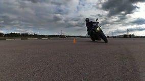 车手慢慢地乘坐通过锥体在自行车 影视素材
