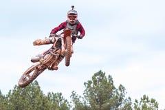 车手触击在乔治亚摩托车越野赛种族的空中姿势 图库摄影