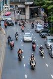车沿Thanon Silom移动在Lumpini公园附近 免版税库存图片