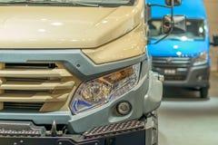 车灯、微型货车的防撞器和格栅在另一辆汽车背景中  库存照片