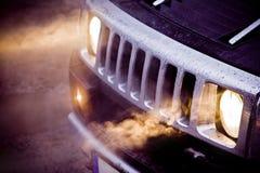 车灯和一个大强有力的美国人SUV的镀铬物格栅 免版税库存图片