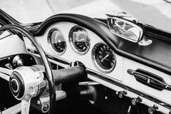 车灯和前保险杆的特写镜头在葡萄酒汽车 免版税库存图片