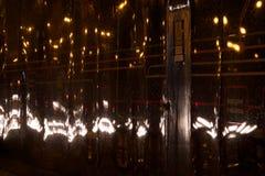 车灯在广告囤积居奇反映的晚上 免版税库存照片
