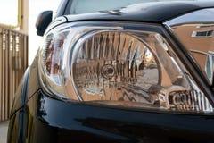 车灯在机动车的前面的强有力的光 免版税库存照片