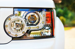 车灯导致现代概述主街上suv 免版税库存图片