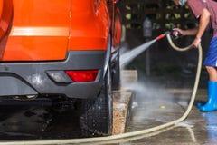 洗车的人喷洒的压力洗衣机在汽车保养商店 Focu 库存照片