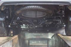 洗车的人喷洒的压力洗衣机在汽车保养商店 Focu 免版税库存图片