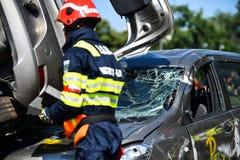 车祸和紧急急救工作的场面 免版税库存照片