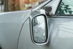 车祸,有一个残破的后视镜的白肤金发的汽车 照片从 免版税库存图片