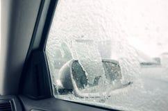 冻车窗和镜子,盖由冰 库存照片