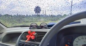 车窗玻璃忙个不停-旅行与natu的结露 库存图片