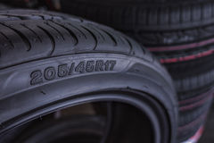 车胎大小待售代表轮胎展示的维度和建筑类型在背景的 库存图片