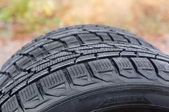 车胎特写镜头不对称的踩的片段  免版税库存照片