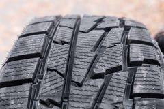 车胎特写镜头不对称的踩的片段  免版税库存图片