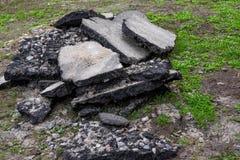 ?? 修理柏油路 车行道的破坏 路,在路的坑的破坏 免版税库存照片