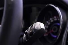 车被操作的仪表盘和刮水器运行的开关特写镜头  库存图片