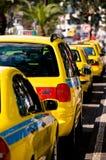 车费停放的出租汽车等待的黄色 免版税库存照片