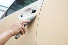 车身工作汽车在事故以后的修理油漆在喷洒期间 免版税库存图片