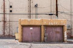 2车车库在城市 免版税库存图片