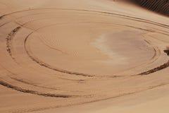 车轮痕迹在沙漠 图库摄影