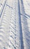 车轮的踪影在雪特写镜头的 免版税图库摄影