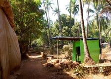从车辆停放区域的人行道到Anjuna在果阿,印度靠岸 图库摄影