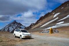 车辆驾驶在印地安喜马拉雅山 免版税库存照片