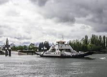 车运输的渡轮横跨河 免版税库存照片