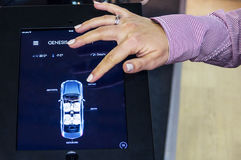 车通过在Connecte的片剂遥控系统 库存照片