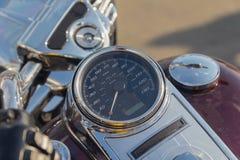 车速表、方向盘和汽油箱美丽的经典摩托车 免版税库存照片