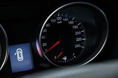 车速表的特写镜头在一辆现代昂贵的汽车的仪表板的 免版税库存图片
