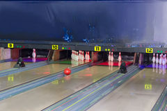 车道和保龄球栓在一个现代别针保龄球场 库存图片