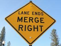 车道末端,与箭头合并,交通标志 库存图片