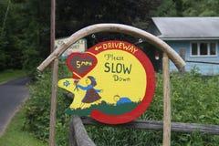 车道请减速手工制造标志 免版税库存照片
