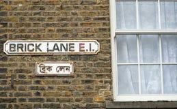 车道9月2017年,砖,伦敦,路牌用英语和在乌尔都语 免版税图库摄影