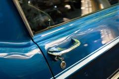 车门一辆美丽的葡萄酒汽车/oldtimer的把柄细节- 库存照片