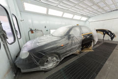绘车门和防撞器在修理厂 免版税库存照片