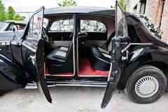 车门开放从里面在葡萄酒经典之作汽车 库存照片
