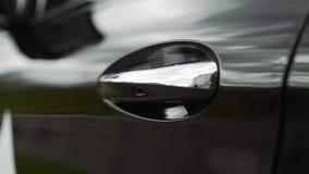 车门把柄特写镜头 日落在全新的汽车被反射 黑车门特写镜头 影视素材