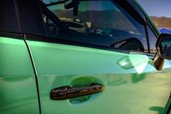 车门把柄的绿色水平的射击 免版税库存照片