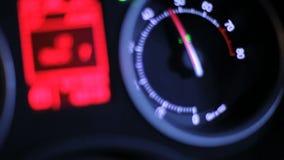 车头表箭头 汽车仪表板在晚上 汽车RPM 快速地驾驶在晚上 股票录像