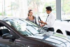 车经销商妇女新的汽车 免版税图库摄影