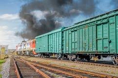 货车从starion的铁路离开与黑烟 免版税库存照片