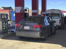 车llne填满气体在Al Khaleej加油站在Makkah-Medinah高速公路,沙特阿拉伯 免版税库存照片