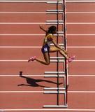 轨道妇女障碍奔跑 库存照片
