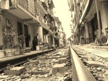 轨道旁居住的河内越南 库存图片