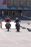 轨道的两名摩托车骑士 免版税库存图片